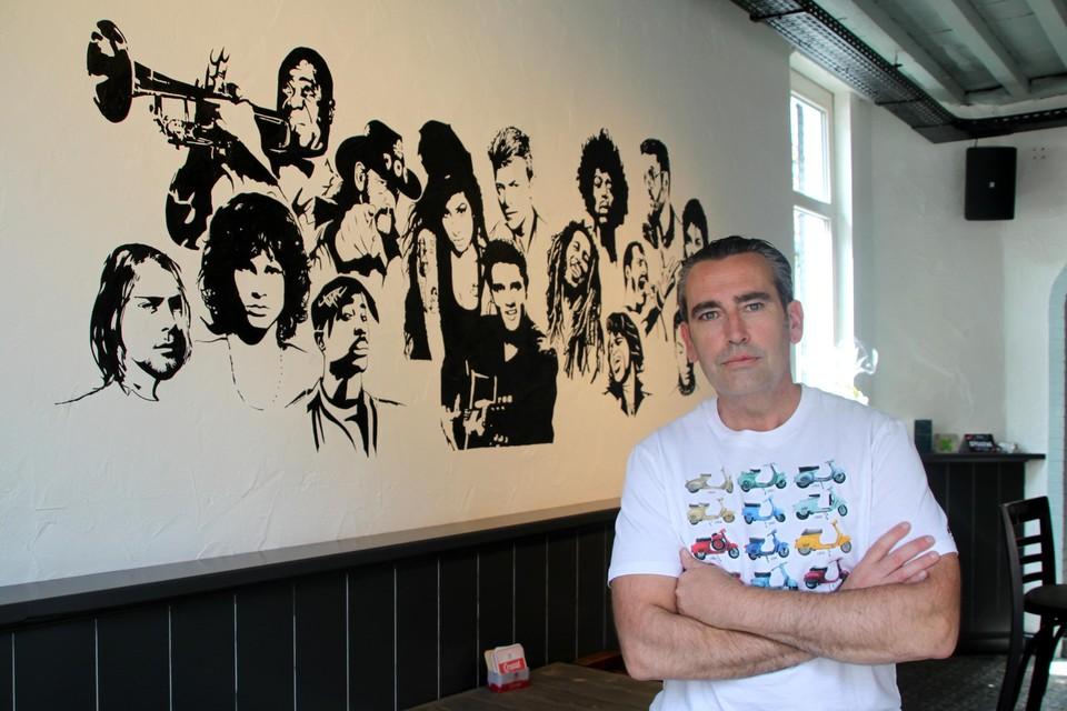 Op een van de muren van Les Amis liet Steven een tekening maken van overleden muzikanten.