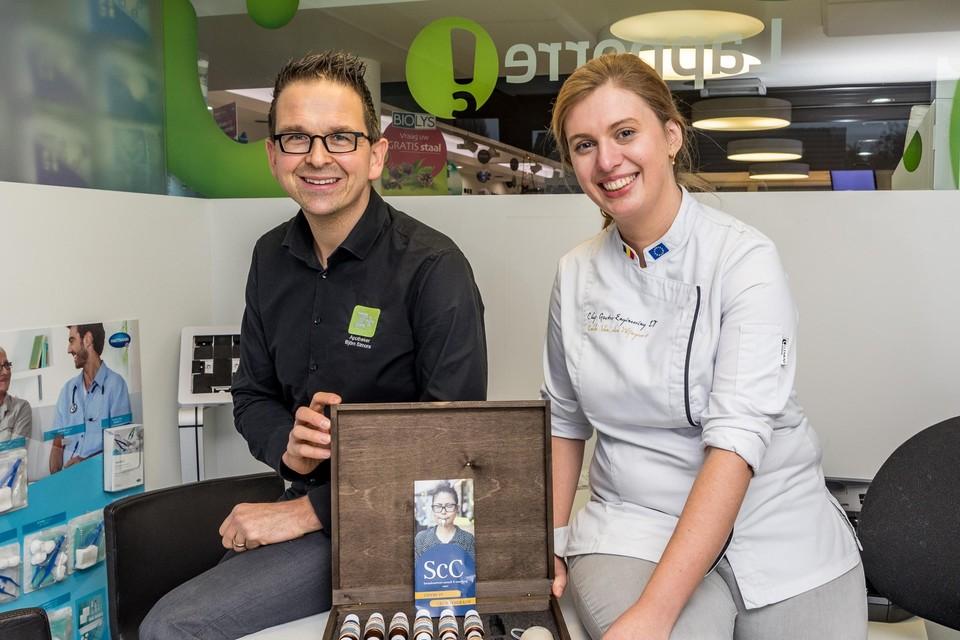Lobke Van den Wijngaert en apotheker Björn Simons. Met deze box test Lobke de smaken van de patiënt.