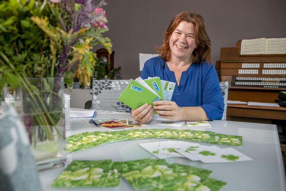 Marleen op den Buijs (47) bij een aantal kaartjes die klaarliggen om verstuurd te worden.