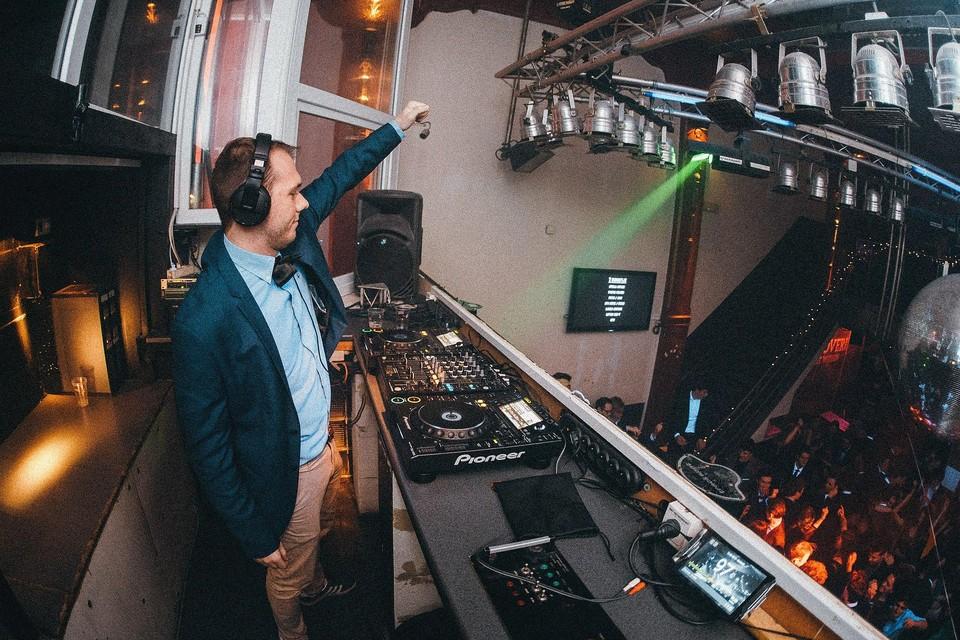 Ruben Geerts, alias DJ Woefbass, toert vanaf 5 februari vijf weken lang door Vlaanderen DJ-Land.
