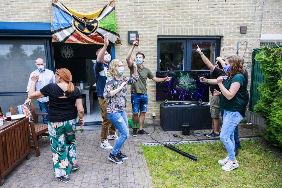 Lesley, Jerry, Steven, Kenny, Sofie, Carine, Patrick en Steffen feesten in de tuin op de virtuele editie van Tomorrowland.