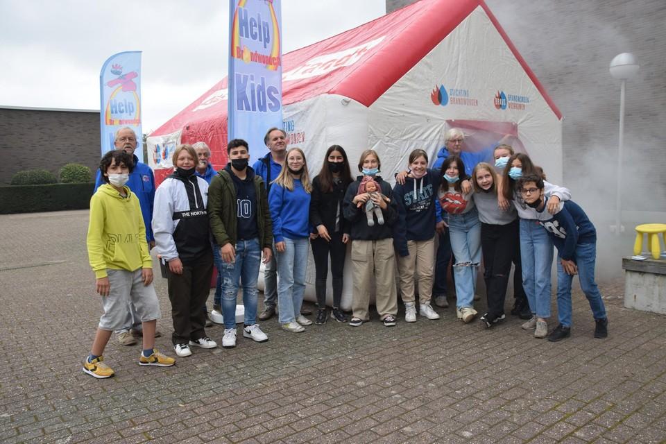 Enkele leerlingen van Campus Het Spoor bij de mobiele rookkamer.