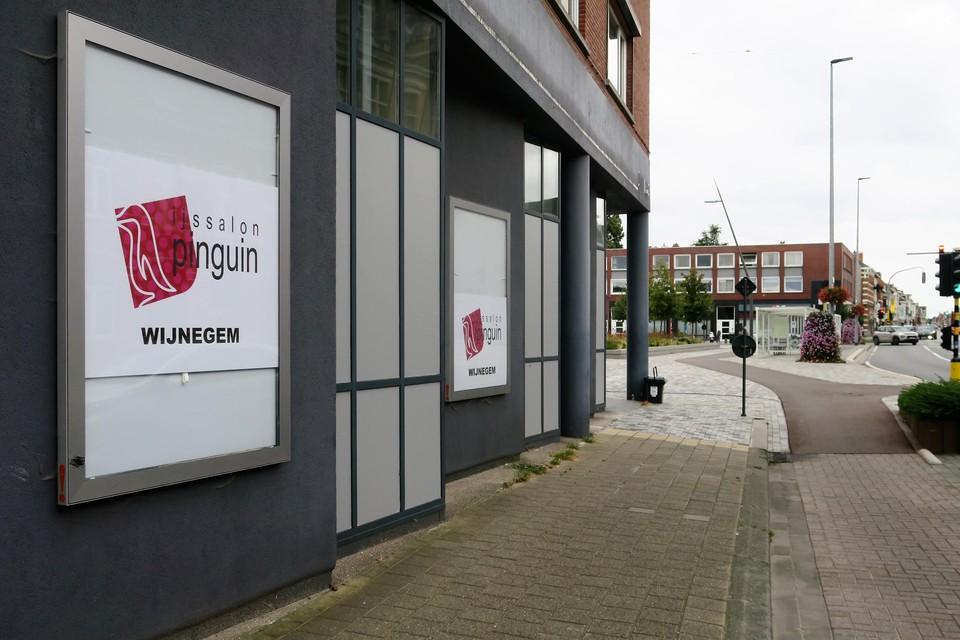 Het voormalige bankkantoor op de hoek van de Turnhoutsebaan en het Marktplein krijgt een nieuwe toekomst als ijssalon, zo blijkt al uit de affiches.