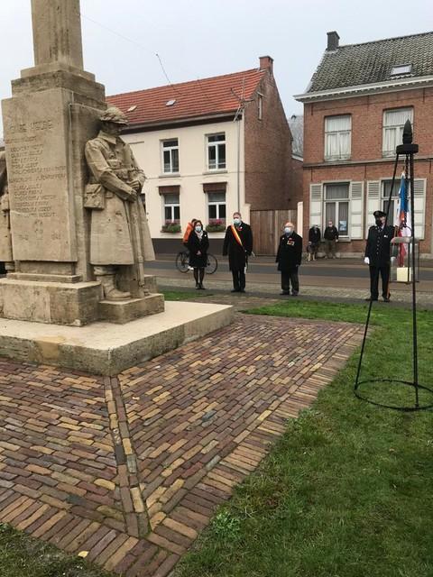 De kransneerlegging aan het monument van de gesneuvelden in Zandhoven, met de burgemeester, oorlogsvrijwilliger Willy Bontinck en de voorzitter van de oud-strijdersbond.