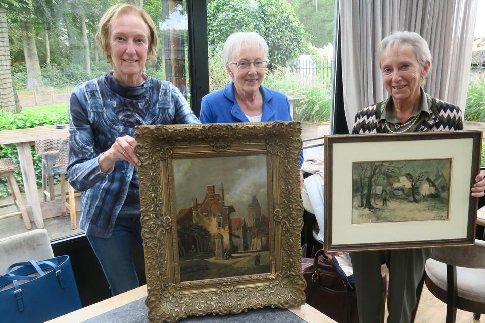 De  zussen Kristien, Lieve en Myriam met de erfstukken van wijlen hun vader, die verzot was op antiek.