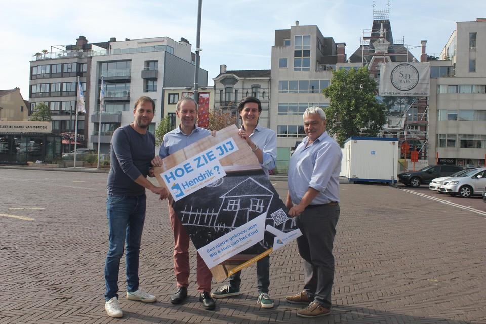 De burgemeester en de bevoegde schepenen met een poster rond het project. Om zo veel mogelijk mensen te betrekken trekt de stad zelf naar moeilijk bereikbare groepen.