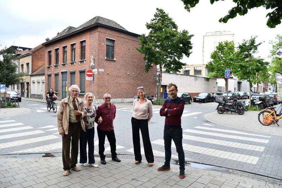 Enkele van de omwonenden die zich zorgen maken. Piet Hemerijckx en Nathalie Posson rechts op de foto.