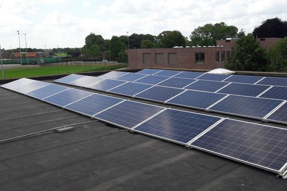 Op het dak van het gemeentehuis liggen zonnepanelen.