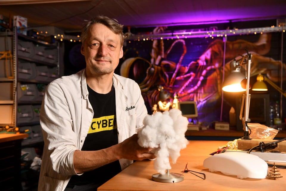Mad scientist Anthony Liekens met de weersensatie-wolk die hij voor Leon in maakte.