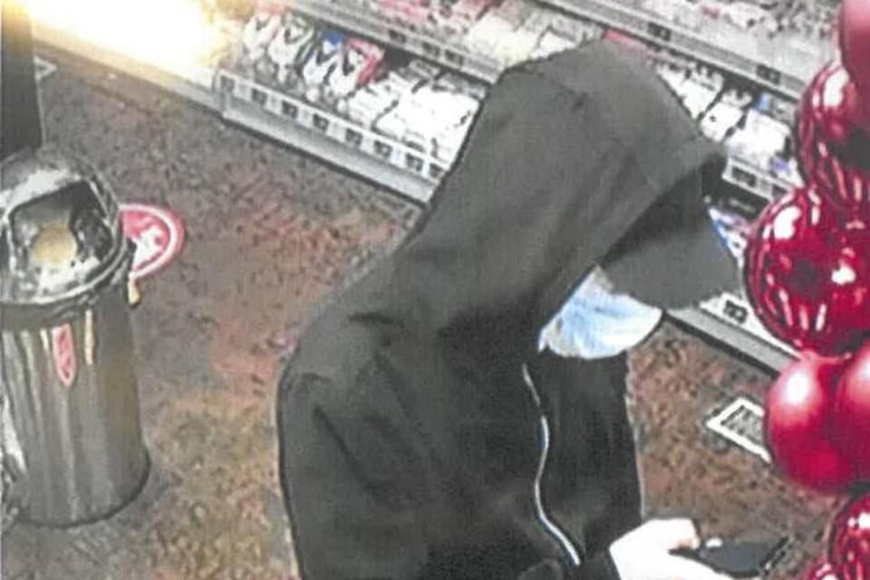 In Eindhoven werden met de gestolen bankkaart aankopen gedaan in een tankstation.