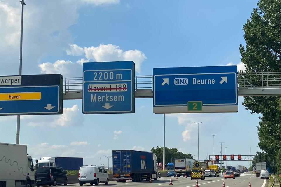 Een ongeval op de Antwerpse Ring richting Nederland, ter hoogte van afrit Deurne, zorgt dinsdagavond voor een zware avondspits.