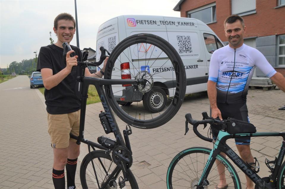 Pieter en Bart De Koninck gaan in één trek naar de Mont Ventoux fietsen om die vijf keer te beklimmen, allemaal voor Kom Op Tegen Kanker. In de achtergrond hun volgwagen