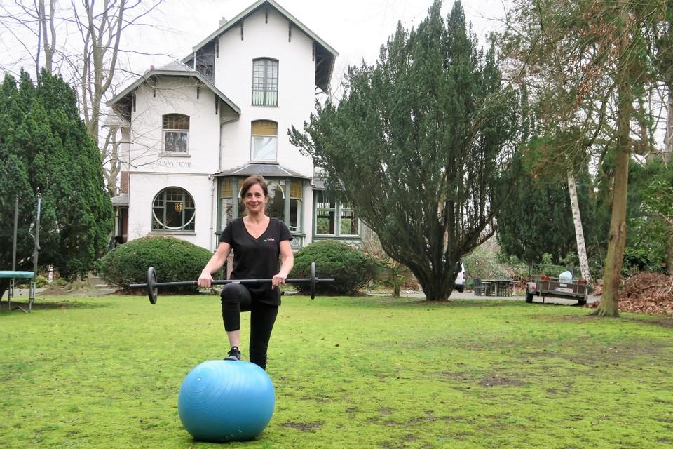 Bewegingscoach Greet Dupain op haar buitengewoon 'werkterrein': de villa Sunny Home, een stuk waardevol onroerend erfgoed, met grote tuin waar je gestimuleerd wordt tot gezond bewegen.