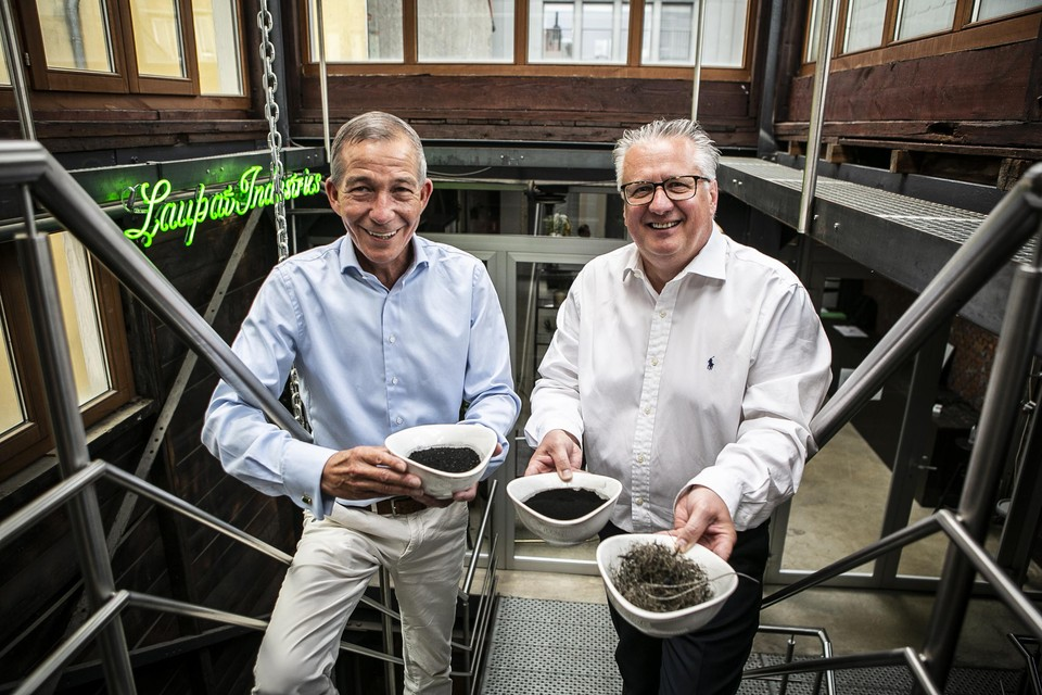 Walter Patijn en Frank Lauwers tonen koolstof en staaldraad. Dat zijn twee producten die ze uit autobanden zullen halen in hun fabriek op de oude Opel-site.
