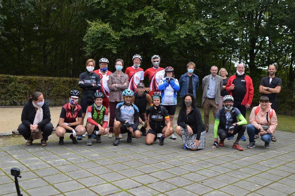 Anneke vooraan centraal met tricolore bandje, met links van haar Dimitri Leue en achter haar in het rood bijna onherkenbaar Jan Hautekiet en Rick de Leeuw.