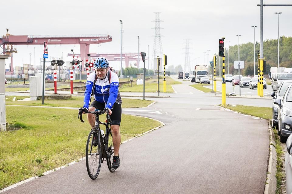 Deze man, in outfit van BASF, toont hoe het moet en fietst over de Scheldelaan.