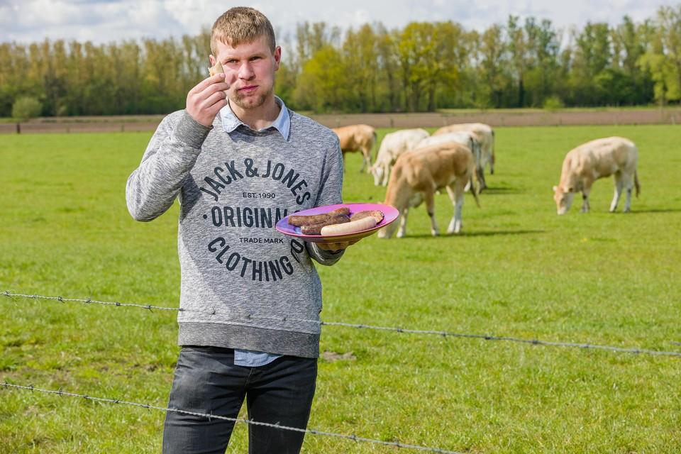 Wout Guldentops proeft een stukje vlees van zijn eigen koeien.