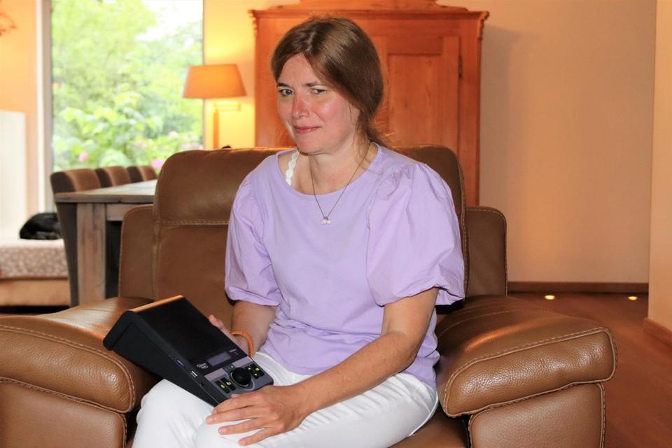 Kathleen Boogmans van Ommezien met een Webbox, dat mensen met leesproblematiek helpt.