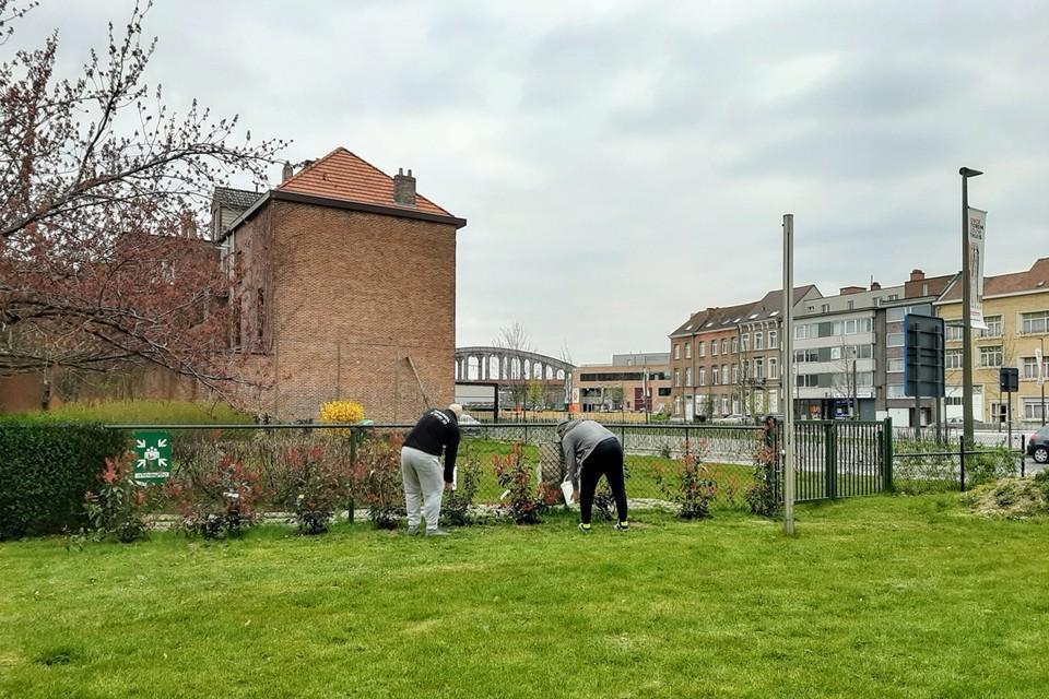 Twee bewoners van het Transitiehuis zijn aan het werk in de tuin van het Hof van Egmont.
