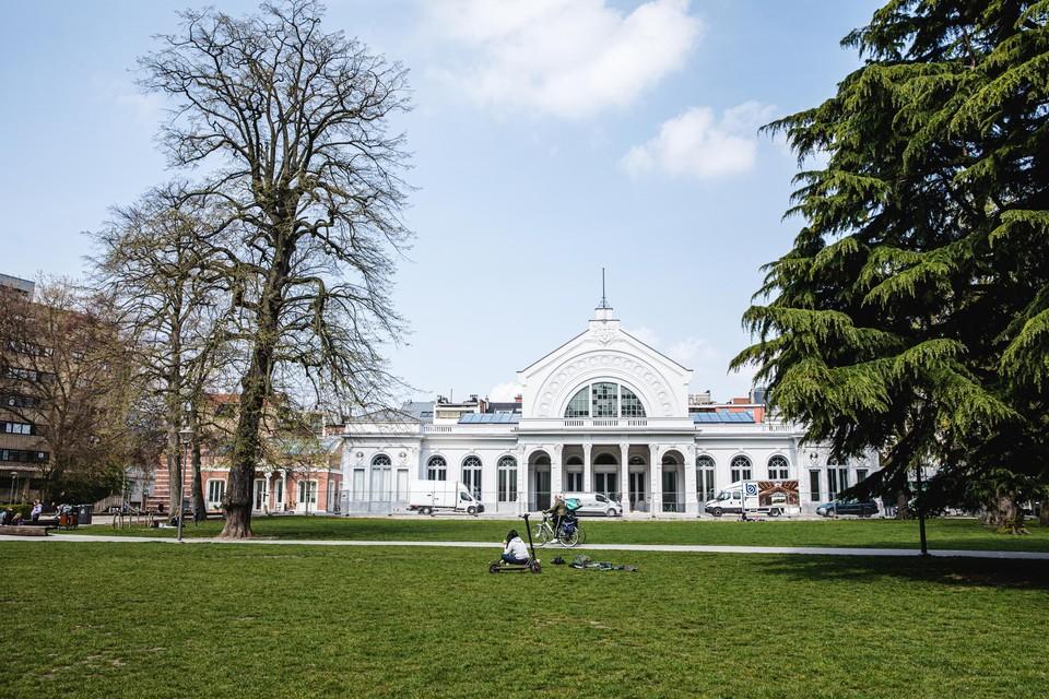 Het Harmoniepark: het kloppend hart van de Harmoniewijk met feestzaal De Harmonie en links ervan de oranjerie.
