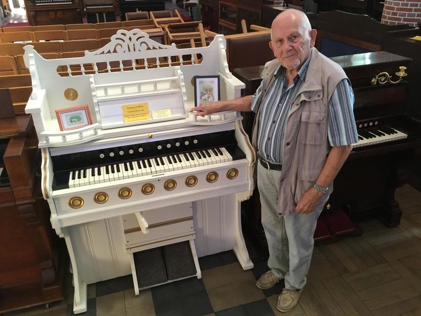 Ben Roemendael bij een van de harmoniums in de kerk. Deze week worden ze allemaal verhuisd.