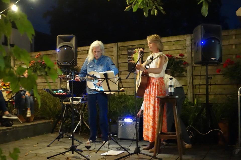 Hanneke Claessen bracht niemand minder dan Guido Belcanto mee naar de tuin van thuisbrouwerij Florik in Wechelderzande.