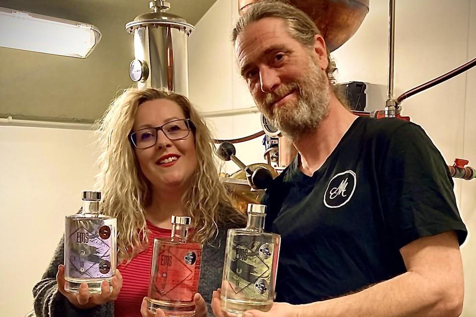 Annick Milis en Reinout Moonen van wijndomein Walterus uit Poederlee tonen hun drie gins die in de prijzen vielen.