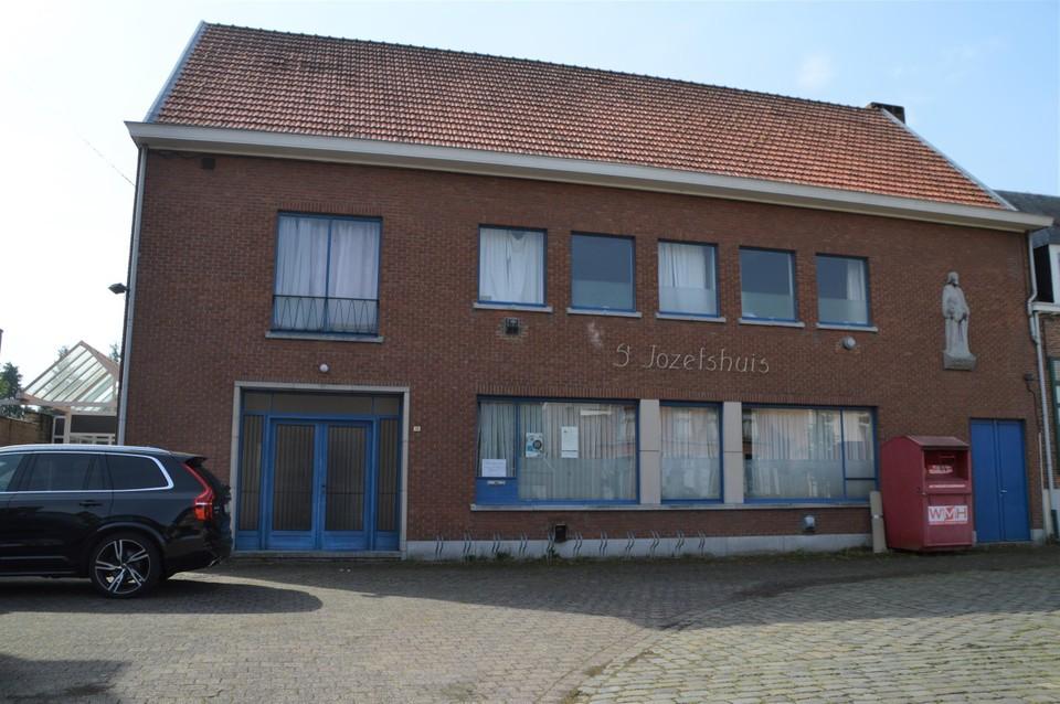 De parochiezaal naast het vredegerecht in de Amelbergastraat blijft nog wat langer staan.
