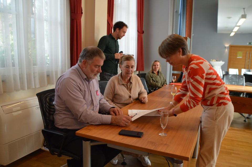 Burgemeester Luc Van Hove tekent de akte.