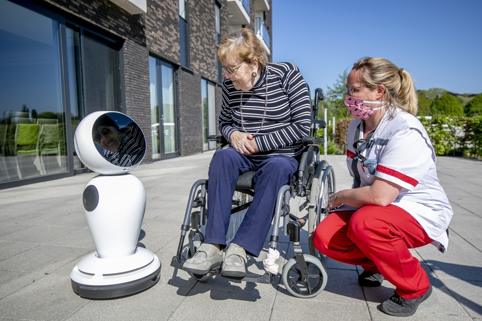 Bewoonster Marie Janssens (83) legt contact met robot James, met de hulp van huisverantwoordelijke Emy Reniers.