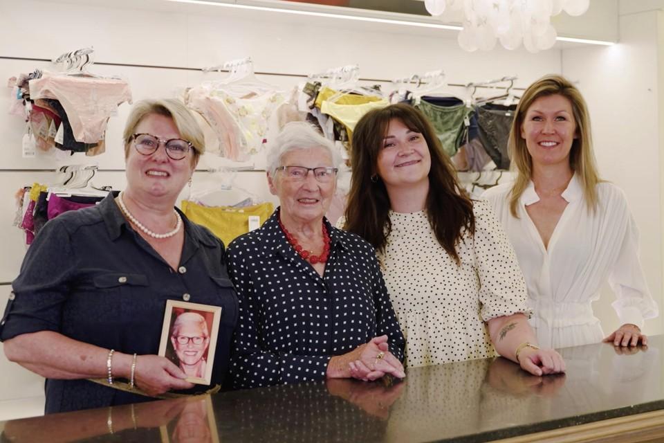 Edith Van Grieken met zus Bea op foto, haar moeder en oprichtster Marie-Thérèse Versmissen, verkoopster Leonie en overneemster Ellen Dankers zijn verheugd dat het verhaal van de bekende lingeriezaak wordt voortgezet.