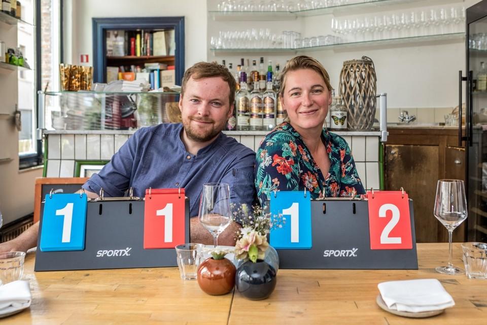 """Michael Yates en Marijke Van Haecke met hun prognose in hun restaurant Sail & Anchor. """"Het zijn twee sterke ploegen, dus hopelijk krijgen we mooi voetbal te zien."""""""