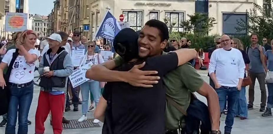 De organisatoren riepen de demonstranten op om elkaar te knuffelen.