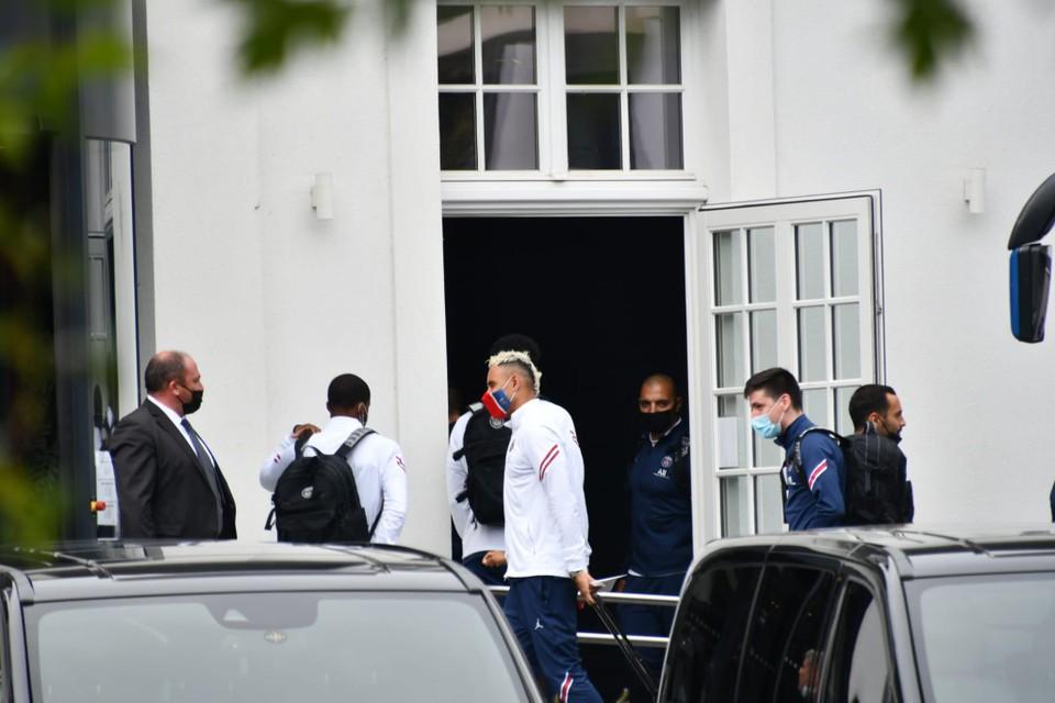 Doelman Keylor Navas bij het binnengaan van het Van der Valk-hotel in Oostkamp.