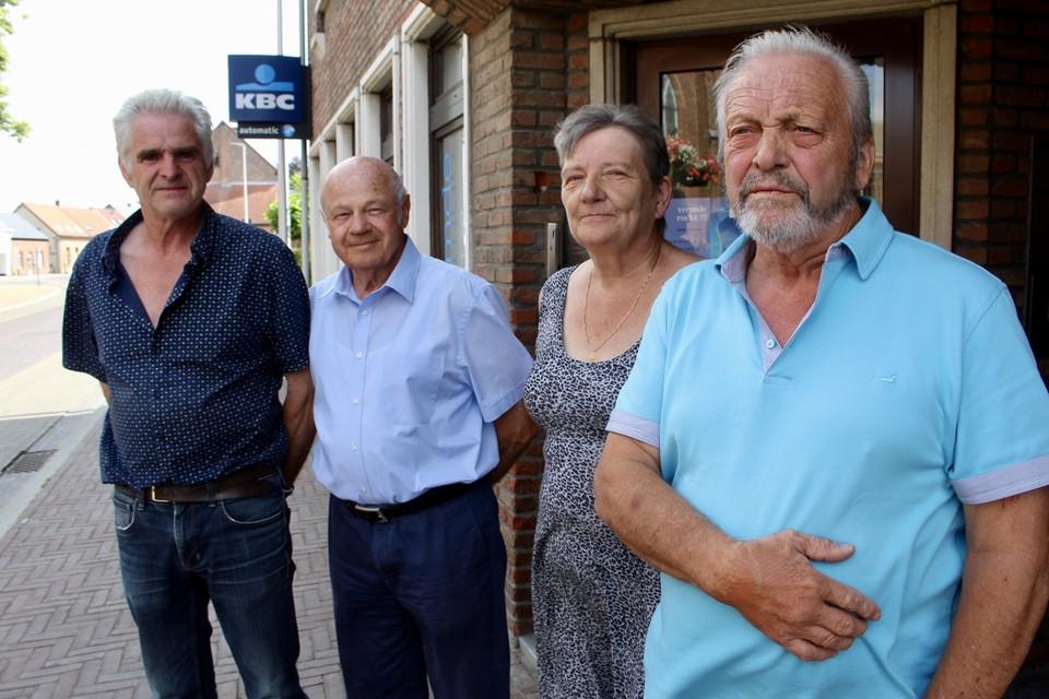 Van links: Marc Vercammen, Dis De Win, Vera Van Eester en Herman Bryon voor de gesloten geldautomaat.