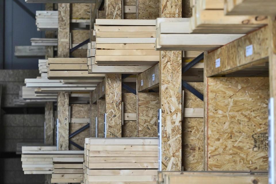 Door  de lockdowns zijn veel mensen thuis beginnen te klussen en is de vraag naar hout enorm gestegen.