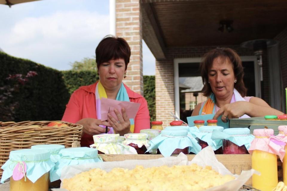 Heidi en Christiane van Ferm Dessel verpakken de producten voor de jaarlijkse landbouwdag.