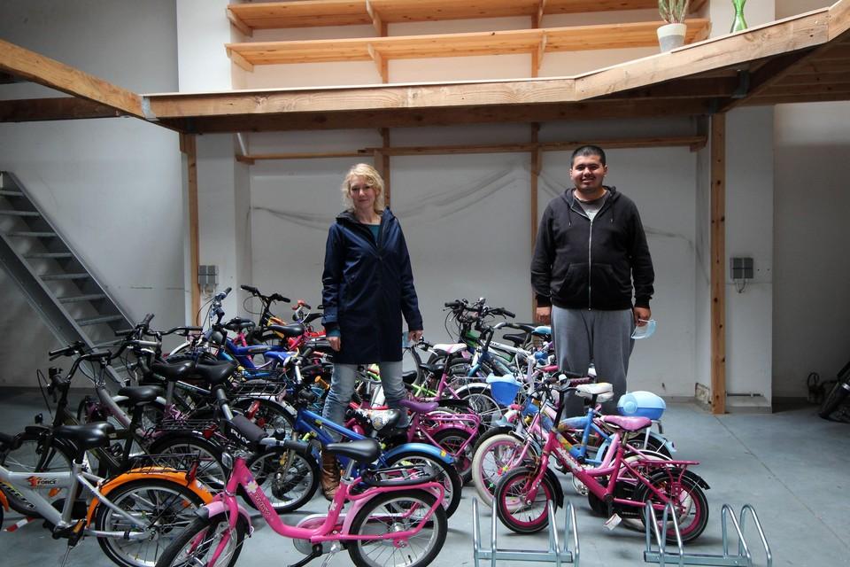 Nele Moris van De Maanwandelaars en gast Aykut Tuncay in de fietsbib.