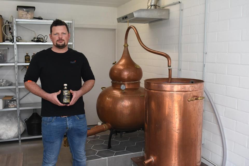 Kristof Gils bij de huidige 'kleine' distilleerketel.