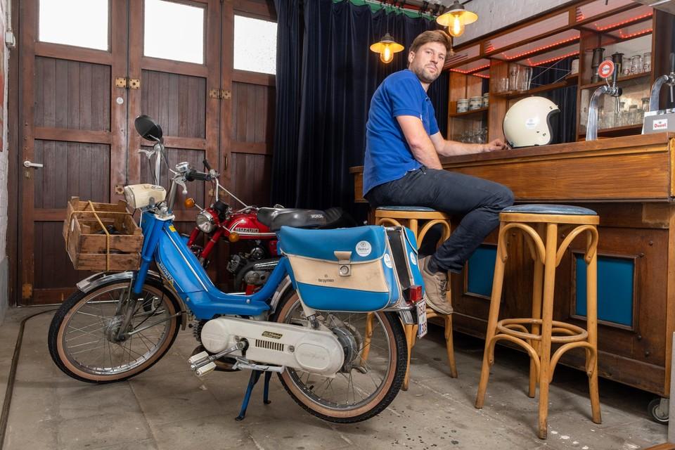 Koen De Raeve in 'Het zaalke' in Wilrijk. De inrichting recupereerde hij van een fuifzaaltje in Houthalen.