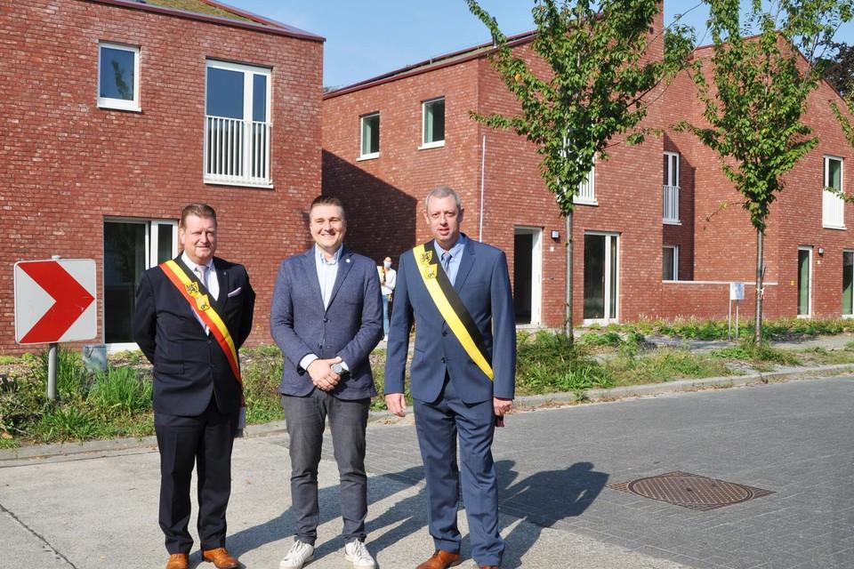 Burgemeester Jurgen Bauwens, voorzitter Jurgen Goossens (De Volkswoningen) en schepen Tom Baert openden officieel het nieuwe wooncomplex 'Den Bergop'.