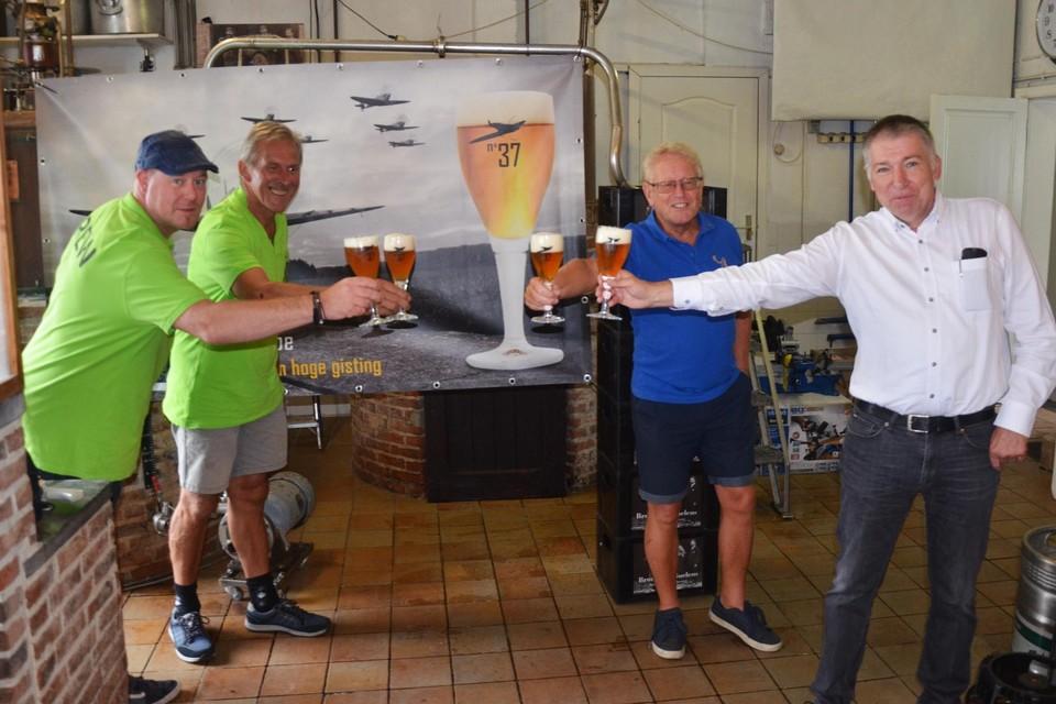 Bart Van Remoortere, Dirk Bruggeman, Guido Van Garsse en cultuurschepen Werner De Nijs toasten met een No37 op geslaagde Ruyterfeesten.