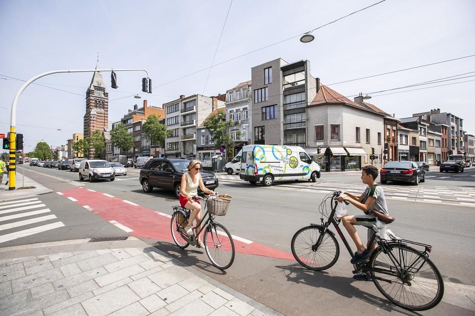 Vlaams minister voor Mobiliteit en Openbare Werken Lydia Peeters (Open Vld) pakt een reeks kruispunten en knelpunten op schoolroutes versneld aan. Ook op de Bredabaan in Merksem.