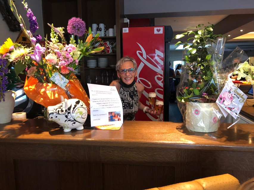 Lies Malfet toont in haar café 't Bergske in Vosselaar de collectebus voor de slachtoffers van de watersnood.