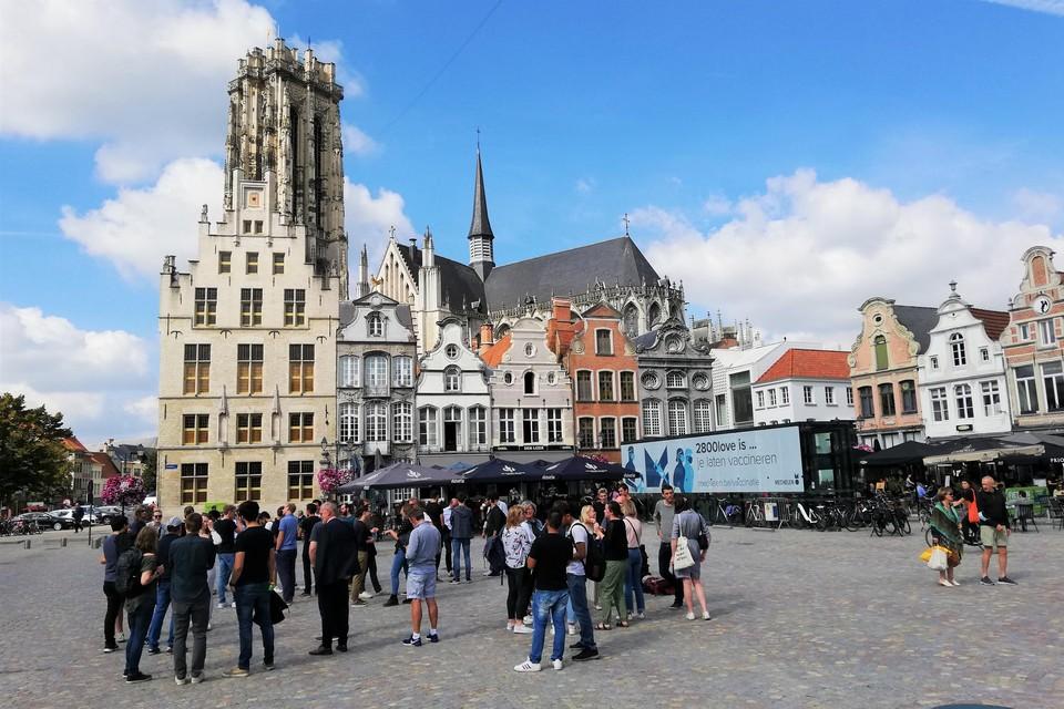 Er zijn steeds meer toeristen en andere bezoekers op de Grote Markt in Mechelen.