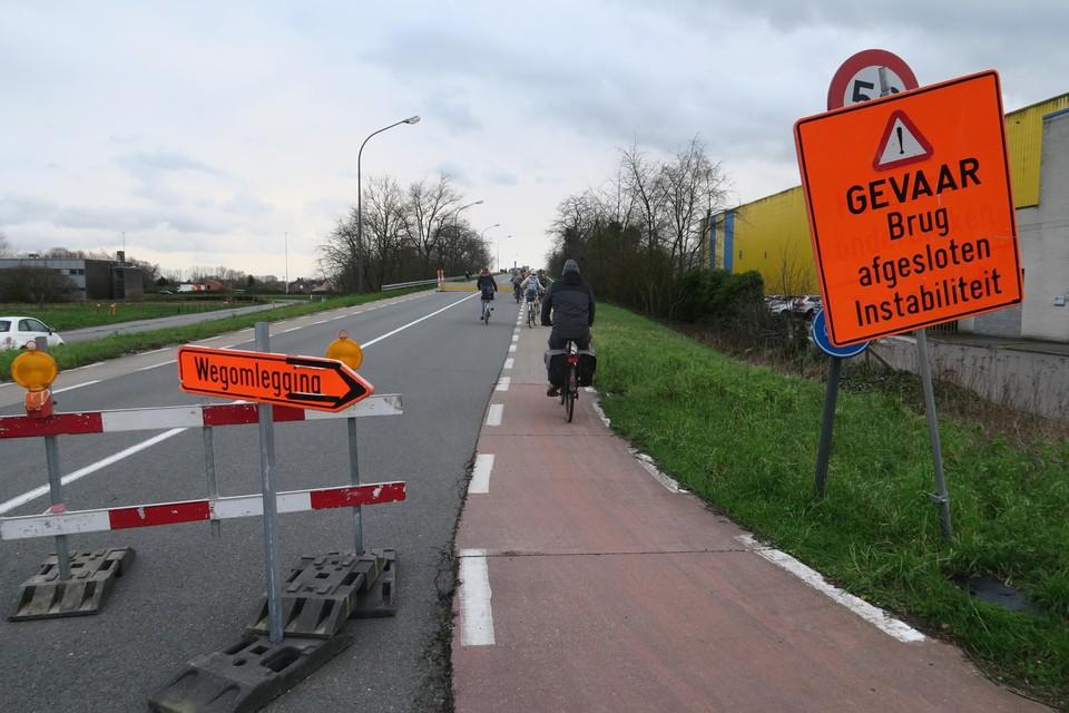 Deze brug in Wommelgem is al anderhalf jaar dicht voor auto's.