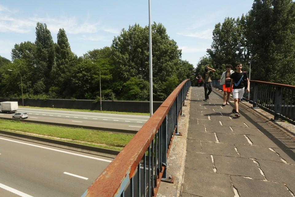 Vooral de rubberen tegels baarden de voetgangers en fietsers zorgen. De brug krijgt nu een volledige opknapbeurt.