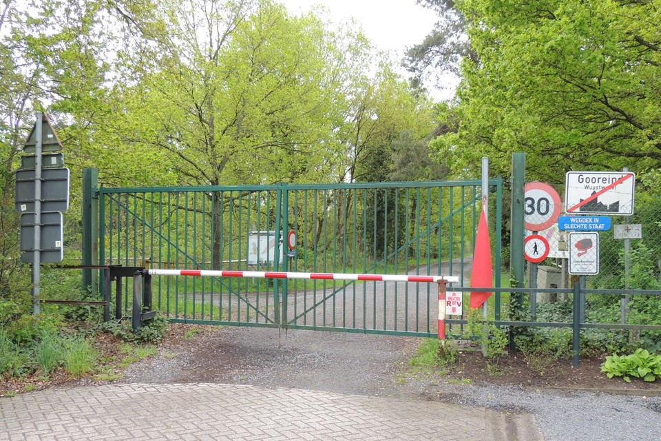 De dwarsverbindingen tussen Overbroek en Brecht doorheen het Groot Schietveld zijn afgesloten met zware hekkens.