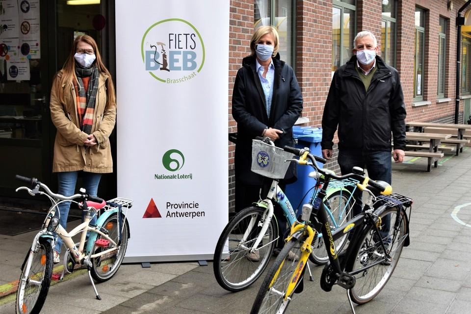 Schepen voor Sociale Zaken Karina Hans (midden) met Bob Geysen van de Fietsbieb.