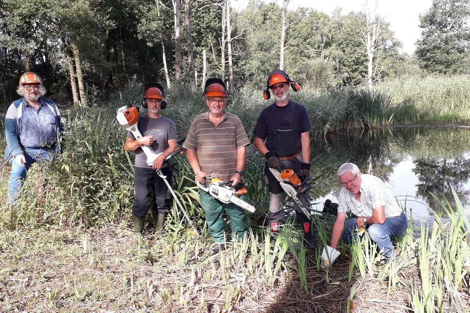 Natuurpunt-vrijwilligers Dirk Hautekiet, Peter Block, Dré Arnouts, Rudi Bosschaerts en Herman De Boeck proberen de kamsalamander te redden in Kooldries.